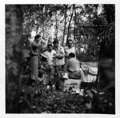 Expedicionarios descansando en el campamento