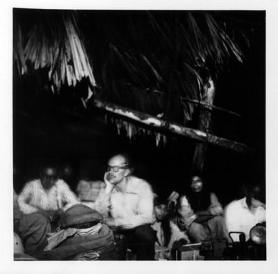 Investigadores y nativos en un campamento
