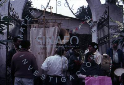 """Personas de la """"Sociedad de Jovénes del Barrio San Mateo de Milpa Alta"""" esperan para entrar a la iglesia"""