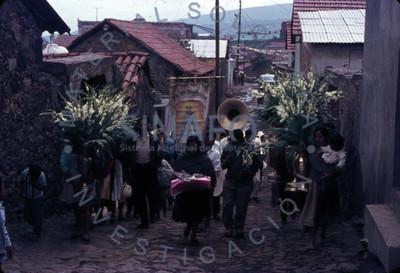 Feligreses acompañados de músicos caminan en procesión por calles de Amatlán