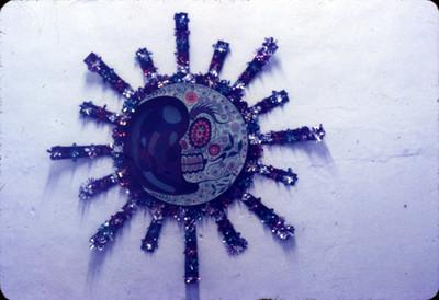 Representación de Miquiztli en un plato decorativo, detalle