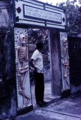 Hombre posa de pie bajo arco decorativo