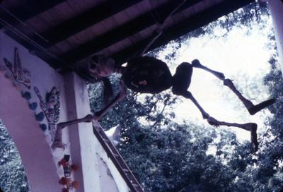 Esqueleto de cartón colgante, artesanía mexicana