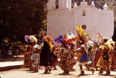 Bailarines ejecutan danza prehispánica en el atrio de la iglesia de Amatlán