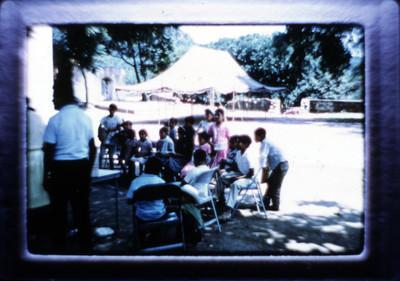 Grupo de niños recibe obsequios durante premiación