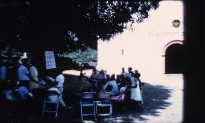 Niños reciben obsequios afuera de la iglesia de Amatlán