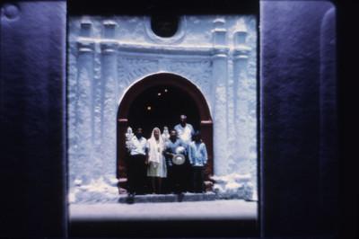 Personas de pie en la puerta de la iglesia de Amatlán