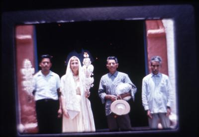 Mujer y hombre acompañados de personas en la entrada de la iglesia de Amatlán