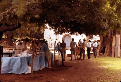 Gente se prepara para festejo afuera de la iglesia de Amatlan