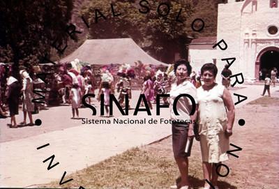 Retrato de mujeres durante festividad religiosa en Amatlán
