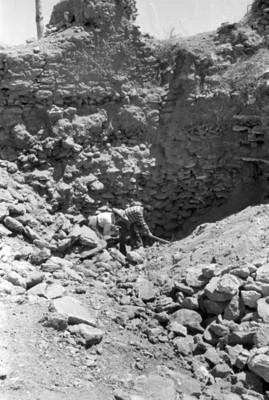 Par de hombres observan excavación
