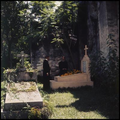 Hombres al lado de una tumba.Escena