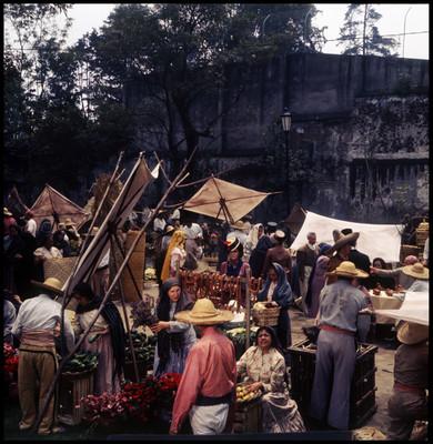 Personas comprando en puestos. Escena