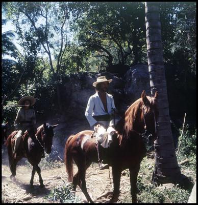 Mario Castillón y Patricia Reyes Espíndola cabalgan. Escena