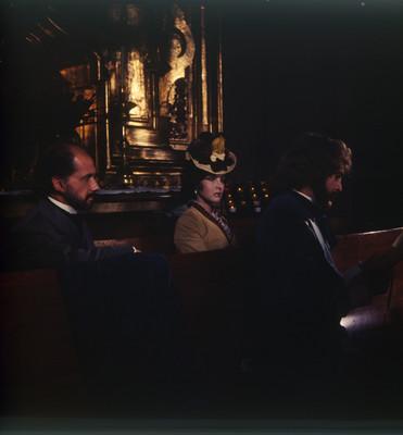 Mario Castillón, Farnesio de Bernal y una actriz en una iglesia. Escena