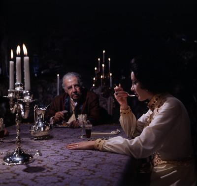 Fernando Soler y actriz comen. Escena