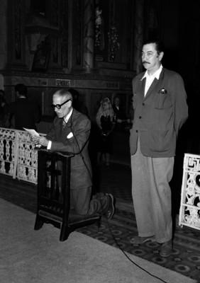 Andrés Soler dando lectura a un libro, durante una ceremonia religiosa en la iglesia