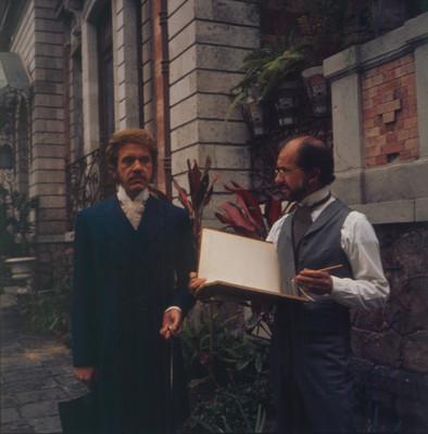 Hugo Stiglitz conversa con Farnesio de Bernal durante escena de la película El Señor de Osanto