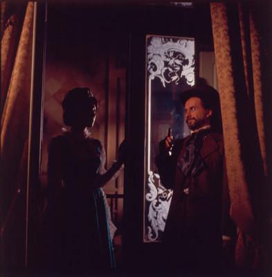 Farnesio de Bernal conversa con mujer durante escena de la película El Señor de Osanto