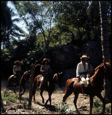 Mario Castillón, Patricia Reyes y Farnesio de Bernal se trasladan a caballo