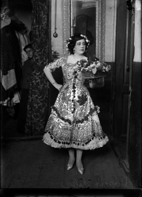 Rosario Soler, artista con flores a la puerta de un camerino, retrato