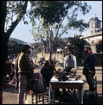 Farnesio de Bernal se dirige a unos soldados, durante escena de la película El Señor de Osanto