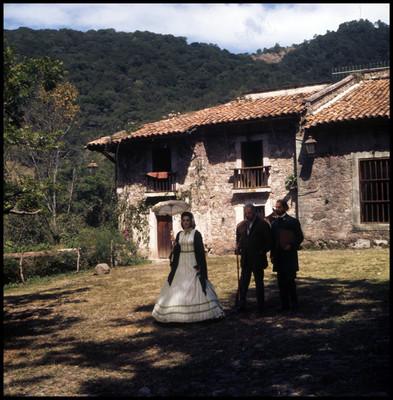 Fernando Soler, Farnesio de Bernal y su compañera caminan al exterior de casas habitación