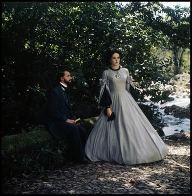 Farnesio de Bernal escucha a actriz, mientras está sentado sobre un tronco