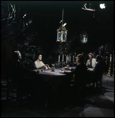 Actores sentados a la mesa durante escena de la película El Señor de Osanto