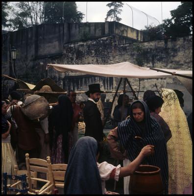 Farnesio de Bernal observa los puestos del mercado durante escena de El Señor de Osanto