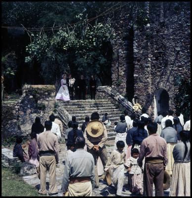 Grupo de actores y varios extras en escena de El Señor de Osanto