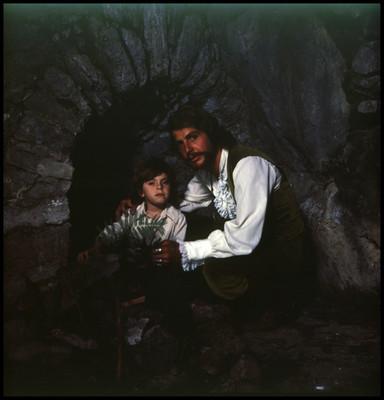 Mario Castillón abraza a un niño. Escena