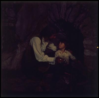 Mario Castillón toma la mano y hombro de un niño. Escena