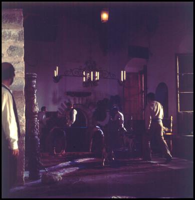 Personas acomodando la escenografía para una escena