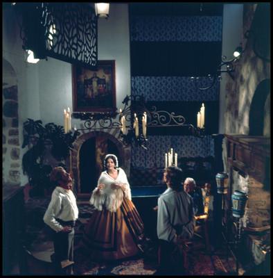 Actores en escena dentro de una casa