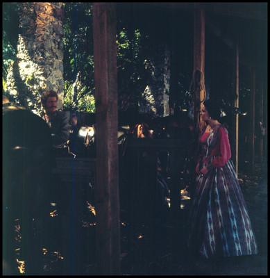 Hugo Stiglitz con actriz, junto a caballos. Escena