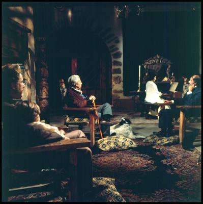 Actores observan tocar el piano a una mujer. Escena