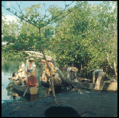Actores sobre unas canoas. Escena