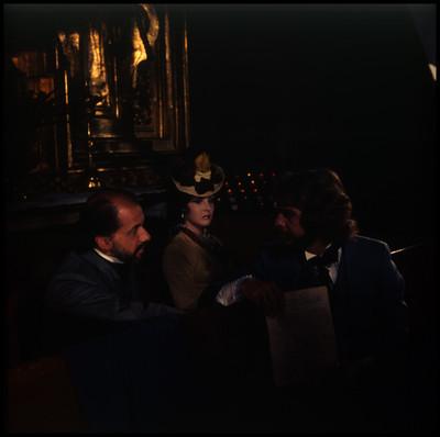 Farnesio de Bernal y Mario Castillón conversan en una iglesia mientras una mujer los observa