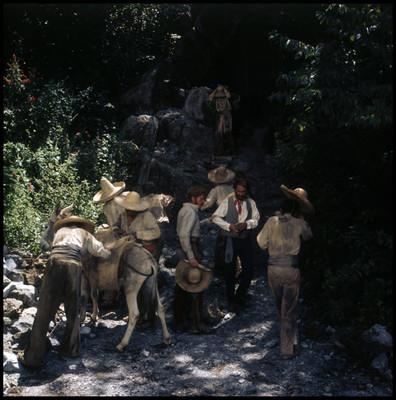 Hugo Stiglitz y Farnesio de Bernal acompañados de varios campesinos