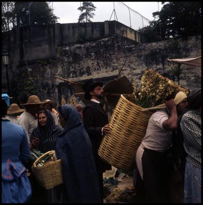 Farnesio de Bernal camina detrás de un vendedor de flores