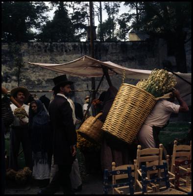 Farnesio de Bernal camina entre vendedores ambulantes