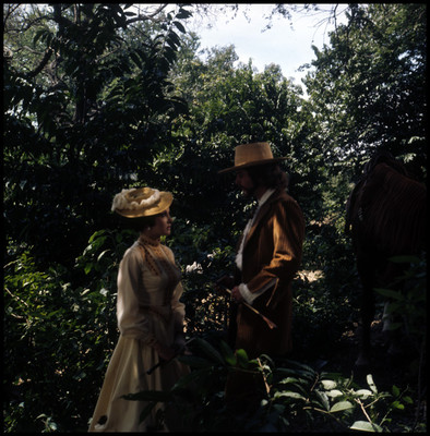 Mario Castillón platica con una mujer en medio del bosque