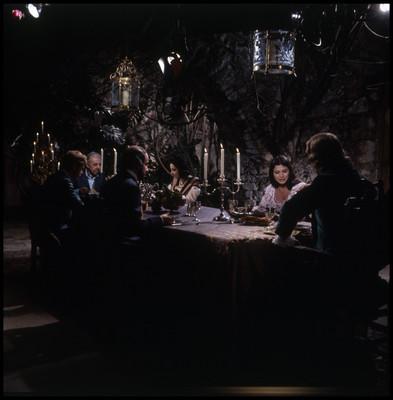 Grupo de actores graban escena de El Señor de Osanto en un comedor