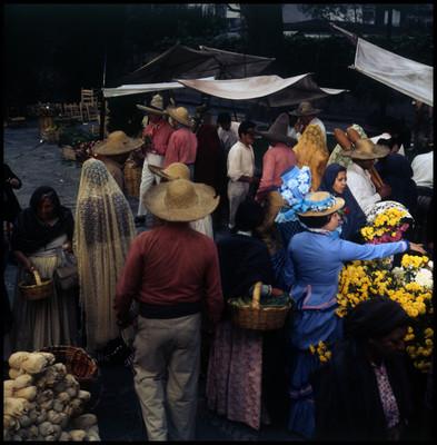 Vista de personas que compran en el mercado