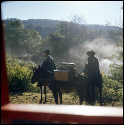 Farnesio de Bernal y su compañero montan a caballo
