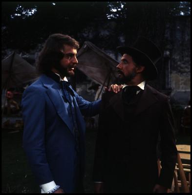 Mario Castillón coloca su mano sobre el hombro de Farnesio de Bernal