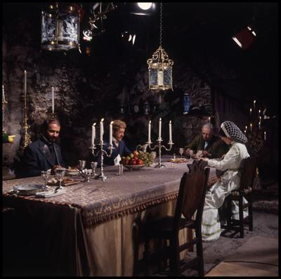 Actores se reunen en una mesa para conversar y comer