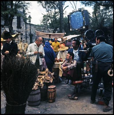 Fernando Soler recibe instrucciones durante una locación de la película El Señor de Osanto