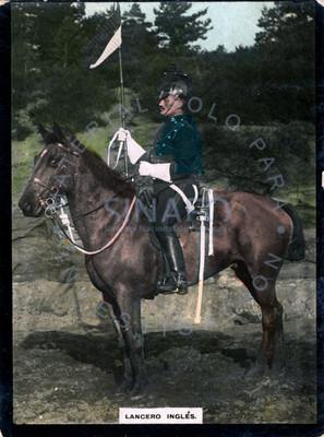 """""""Lancero inglés"""" monta a caballo y porta bandera, retrato de perfil"""